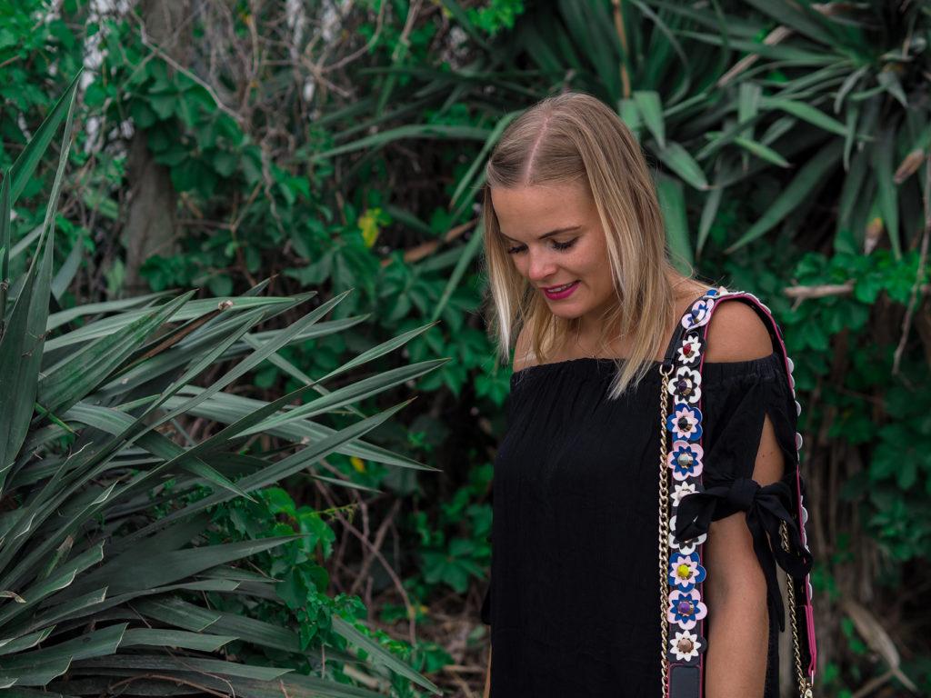 Schwarzes Sommerkleid und Urlaubspläne