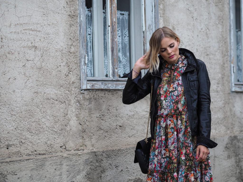 Herbstlook – Blumenkleid, Boots und Lederjacke