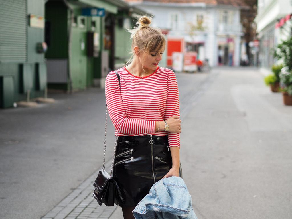 Outfit Schwarzer Lackrock und Stripes