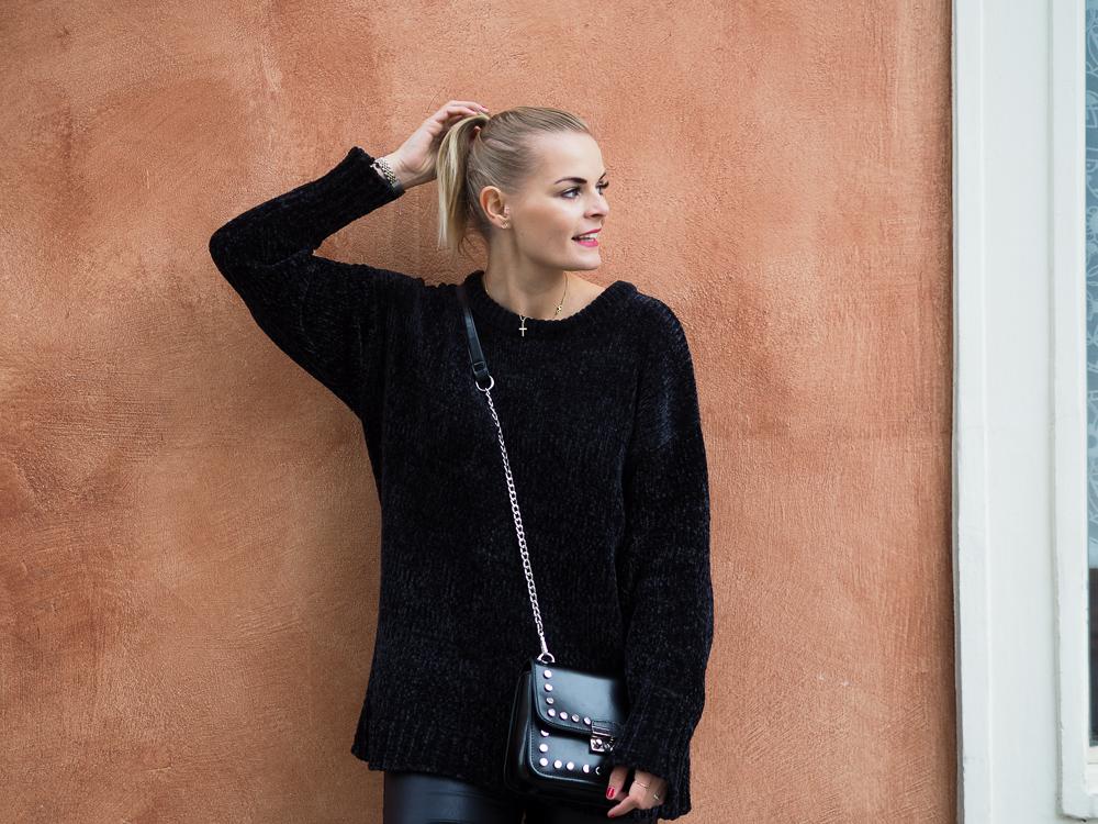 Outfit – schwarze Lederhose, Strickpullover und Converse