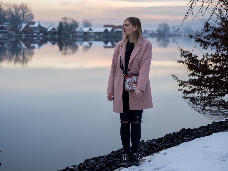 Winter Outfit mit rosa Mantel und Furla Tasche