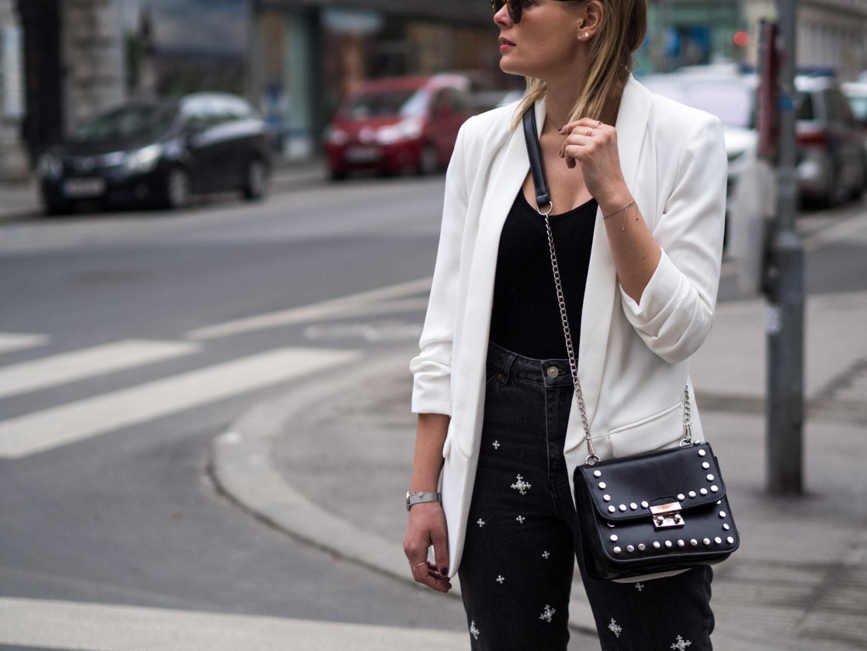 Outfit – Weißer Blazer und Mom Jeans