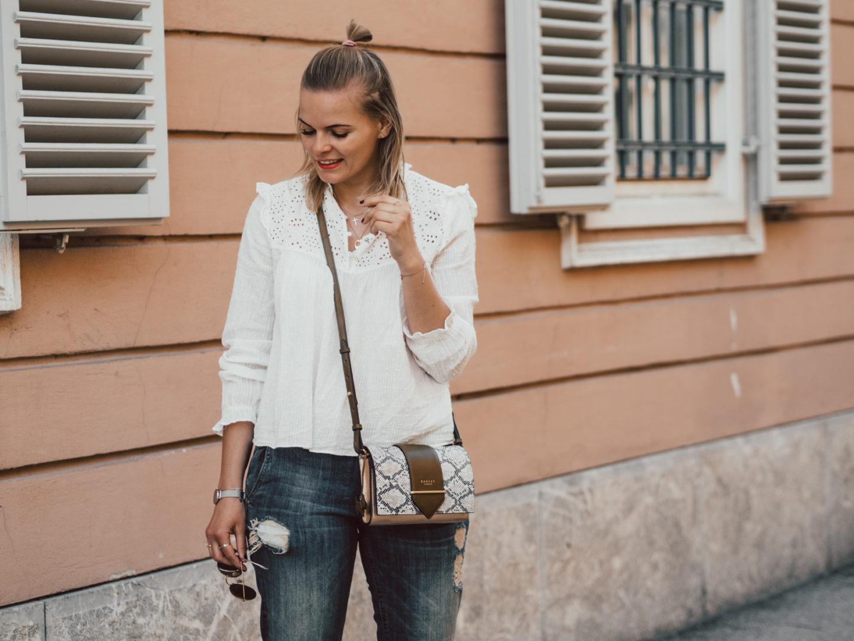 Outfit – Boyfriend Jeans, Spitzenbluse und Converse