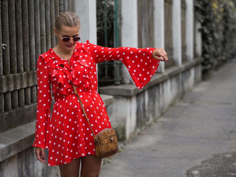 Outfit – Rotes Rüschenkleid und weiße Superga Sneakers