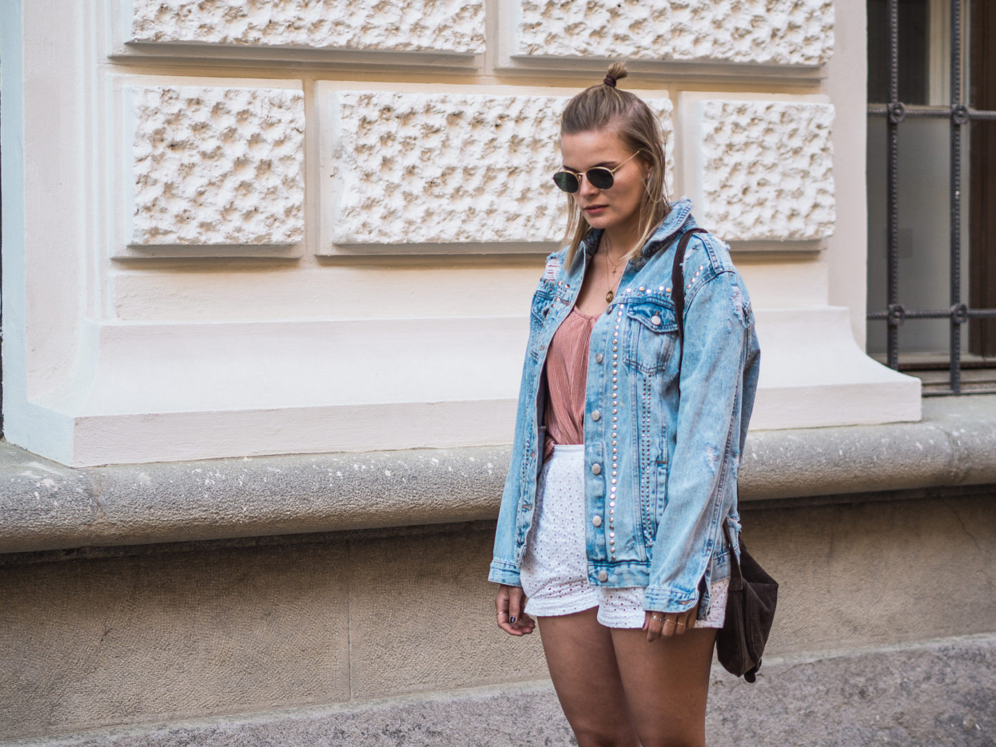 Outfit – High Waist Short, Top und Ray Ban Brille