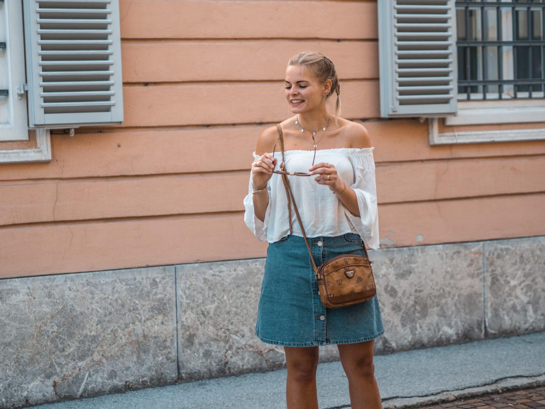Sommer Basics – Jeansrock, Off Shoulder Top und weiße Sneakers