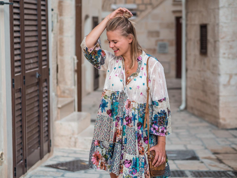 Outfit | Sommerkleid, weiße Sneakers und Sommerfeeling
