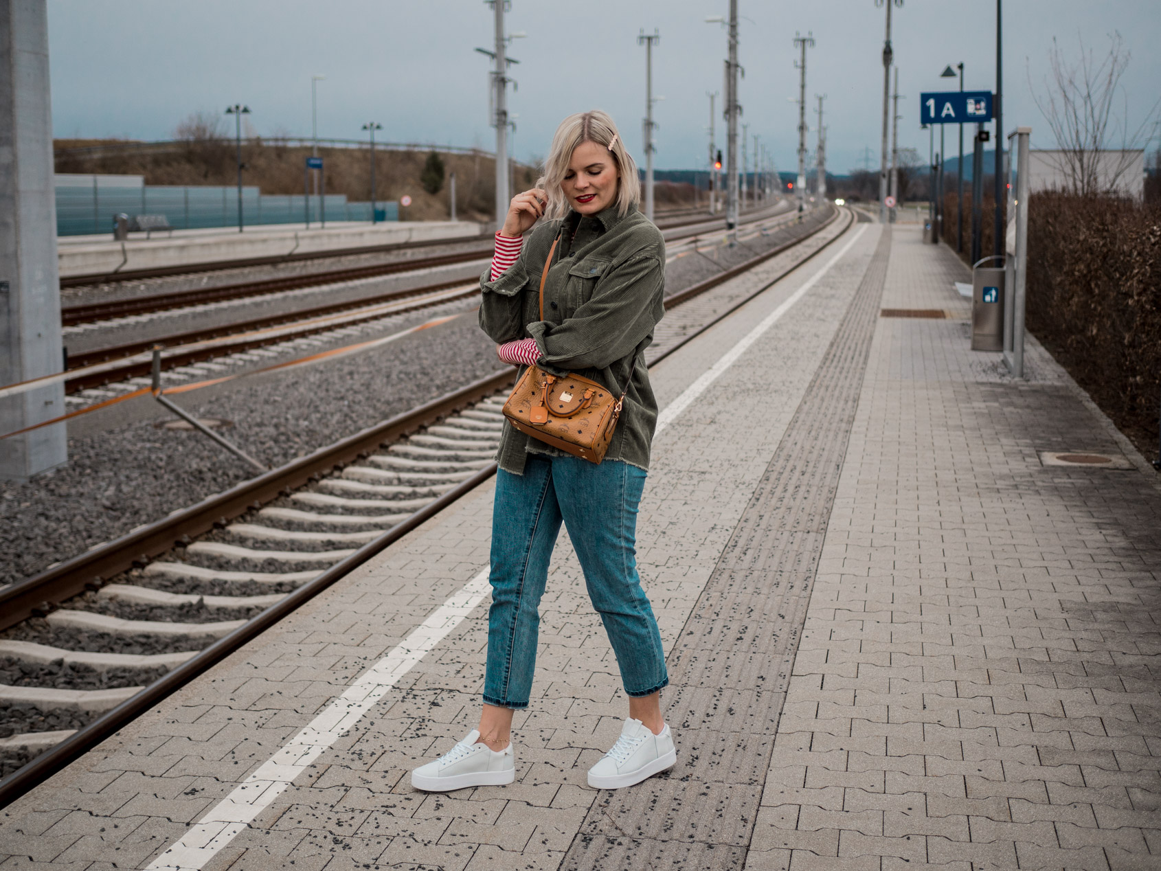 Outfit – Mom Jeans, Cordjacke und weiße Sneakers